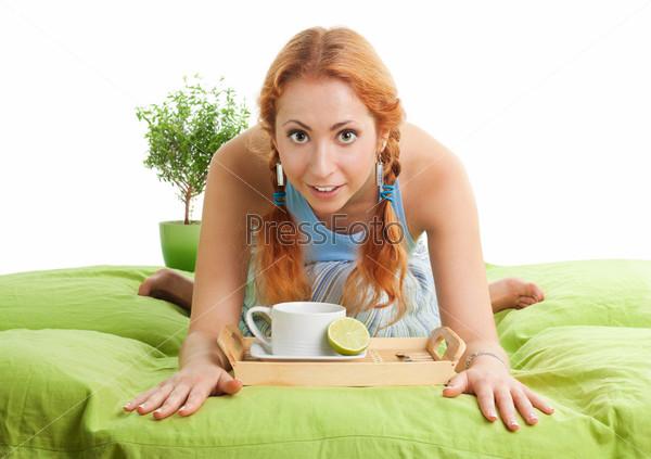 Чай с лимоном в постель для симпатичной молодой женщины
