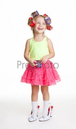 Фотография на тему Девочка играет в модницу в материнских туфлях и бигуди