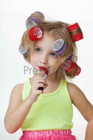 Девочка изображает взрослых