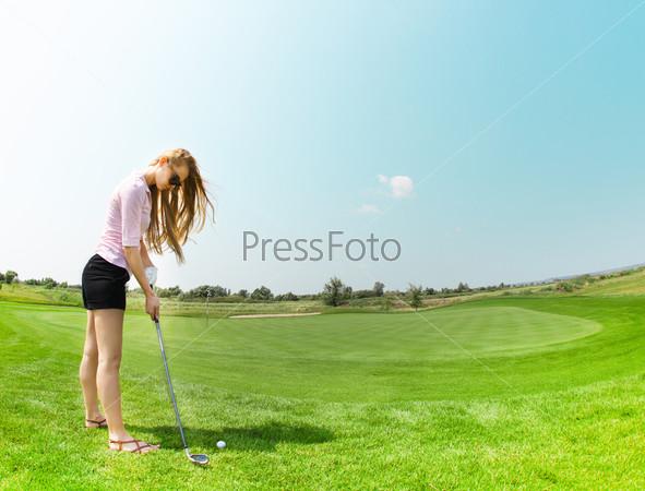 Гольфистка на поле