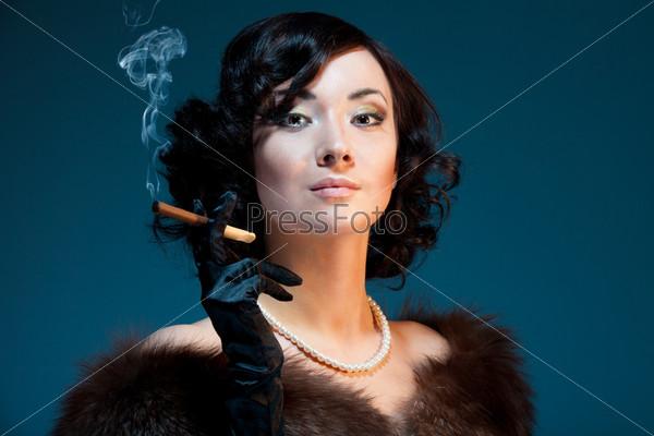 Портрет женщины с сигарой в стиле ретро