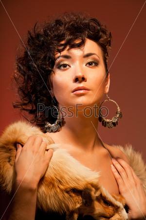 Великолепная восточная женщина с красивой прической