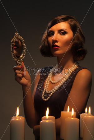 Фотография на тему Молодая женщина, глядя в зеркало