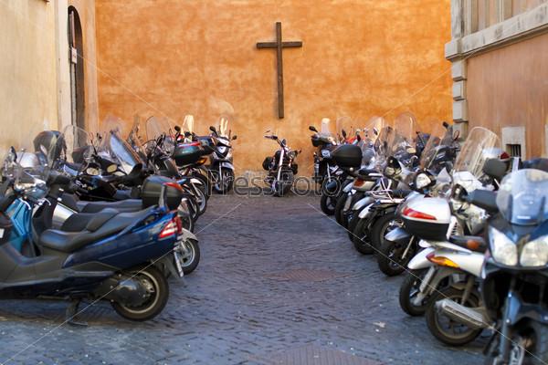Фотография на тему Мотоциклы на стоянке возле церкви