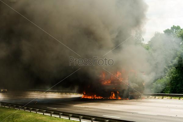 Взрыв грузовика на дороге с большим пламенем и дымом