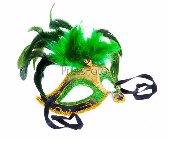 Зеленая венецианская маска с пером, изолированная на белом фоне