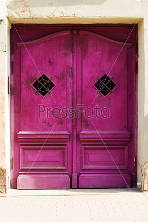 Старая фиолетовая деревянная створчатая дверь
