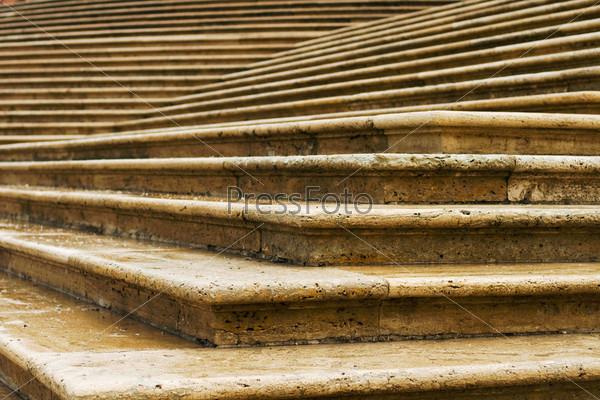 Угол мокрой каменной лестницы
