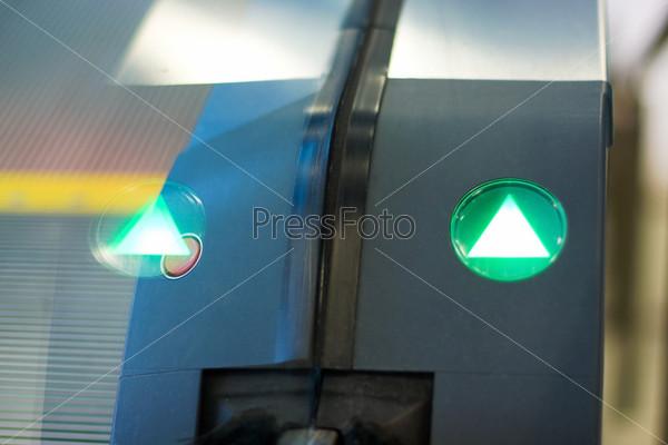 Фотография на тему Зеленая стрелка на эскалаторе. Абстрактный фон