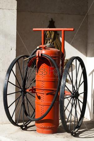 Старый большой огнетушитель на колесах