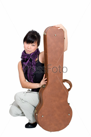 Азиатская женщина с футляром от гитары на белом фоне