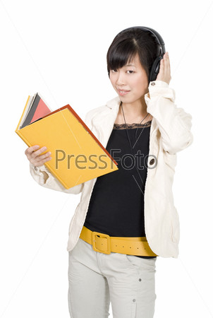 Азиатская женщина с книгой прослушивает курс