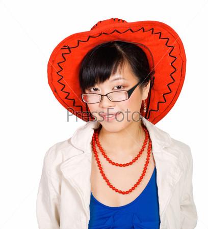Азиатская женщина в большой красной шляпе