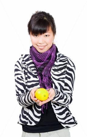 Счастливая азиатсякая девушка держит лимон
