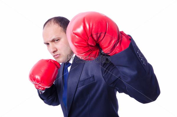 Молодой бизнесмен в боксерских перчатках, изолированный на белом фоне