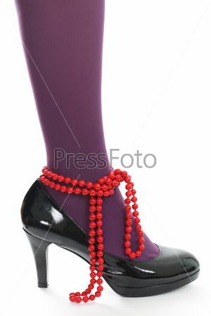 Красные бусы и лакированные туфли
