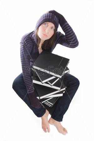 Растерянная женщина со стопкой книг