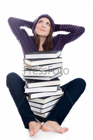 Удовлетворенная женщина с руками за головой и стопкой книг