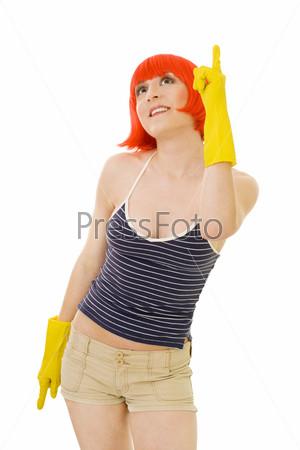 Женщина с рыжими волосами и в желтых перчатках показывает пальцем