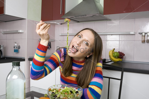 Фотография на тему Женщина ест салат на кухне