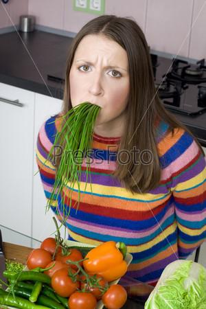 Фотография на тему Женщина с зеленым луком