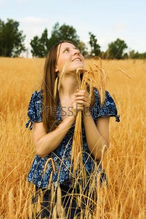 Молодая женщина в поле