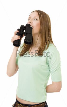 Женщина, держащая бинокль