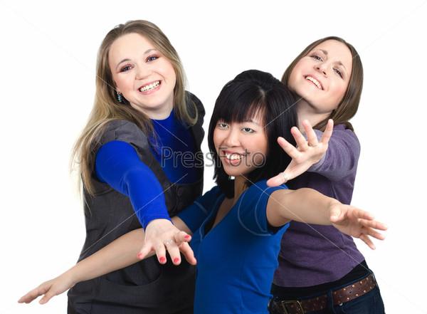 Три женщины пытаются дотянуться до чего-то на белом фоне