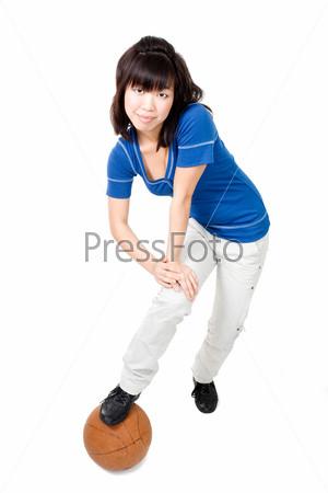 Азиатская женщина играет оранжевым мячом