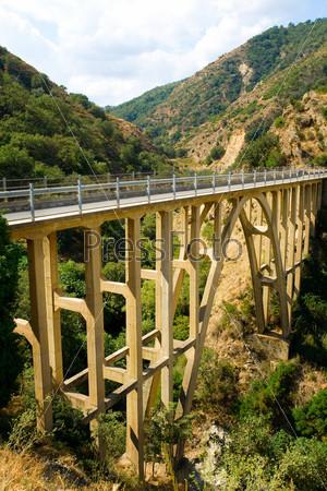 Автомобильный мост через реку в горах Италии