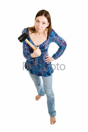 Агрессивная женщина держит молоток в руке