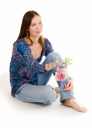 Растерянная женщина с цветком сидит на полу