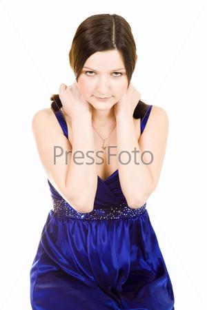 Стеснительная девушка с нетерпеливым взглядом держится руками за плечи