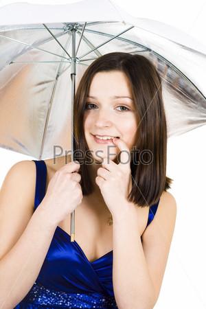 Девушка в синем платье и с зонтом застенчиво прикусывает пальчик