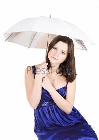 Расстроенная молодая красивая женщина в синем платье держит зонт