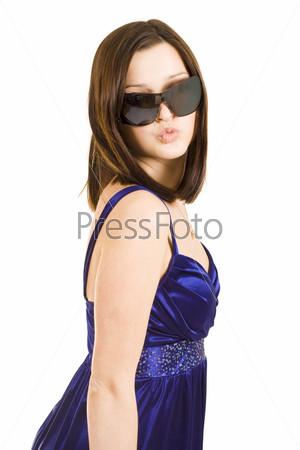 Молодая красивая женщина в солнцезащитных очках и в синем платье
