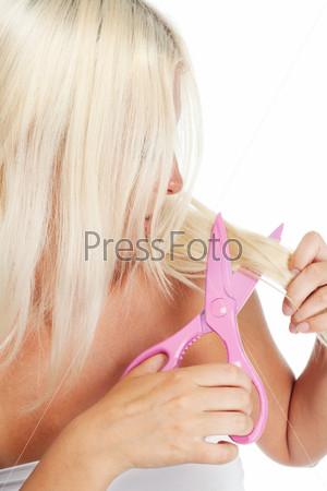 Блондинка подстригает волосы