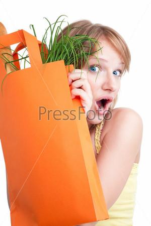 Удивленная блондинка с пакетом