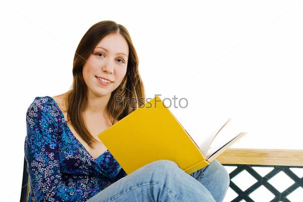 Женщина, сидящая с желтой книгой