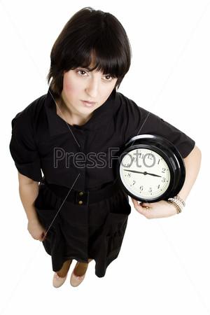 Женщина, держащая настенные часы