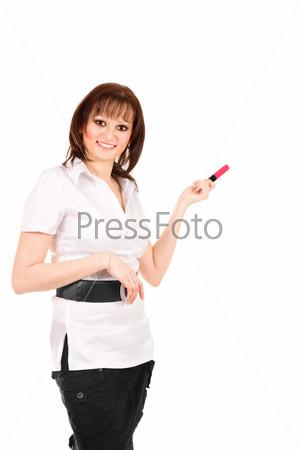 Женщина делает презентацию, указывая маркером на белый фон и глядя в камеру