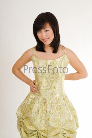 Фотография на тему Милая азиатская женщина в золотом вечернем платье с привлекательным взглядом