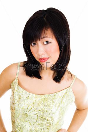 Милая азиатская женщина в золотом вечернем платье с привлекательным взглядом