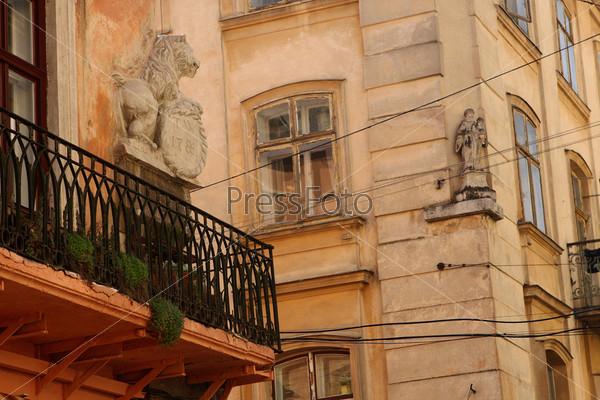 Дом с балконом и львом на Галицкой улице в Львове