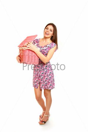 Молодая женщина с корзиной для белья на белом фоне