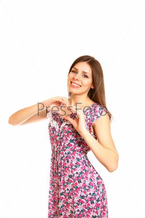 Счастливая молодая женщина с руками в форме сердца на белом фоне