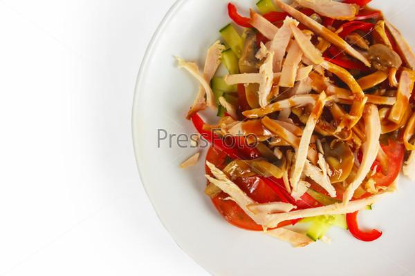 Мясо, грибы, помидор, огурец, изолированные на белом фоне