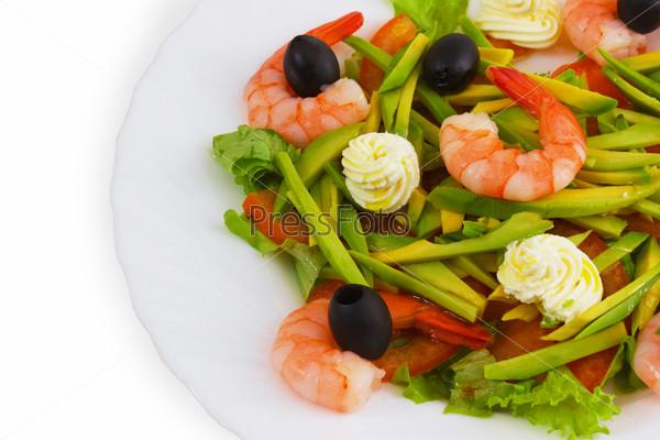 Салат из маслин и креветок, изолированный на белом фоне