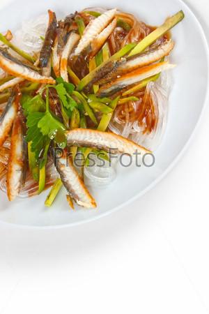 Фотография на тему Вкусный рис и рыба с макаронами, изолированные на белом фоне