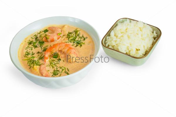 Фотография на тему Вкусный суп с креветками и рисом, изолированный на белом фоне